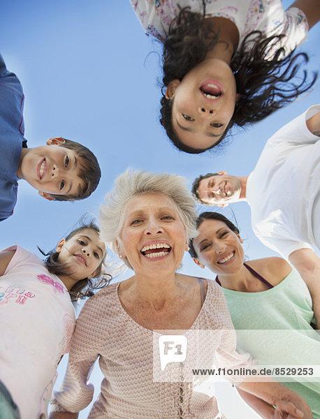 Mehrgenerationen-Familie lächelnd in der Menge