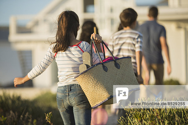 Mädchen mit Strandtasche nach Familie