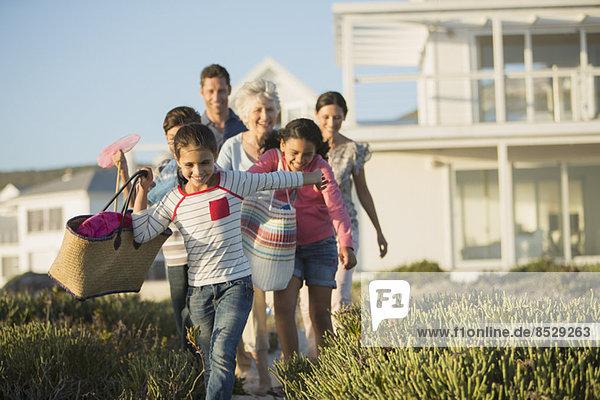 Familienwanderung auf dem Strandweg vor dem Haus