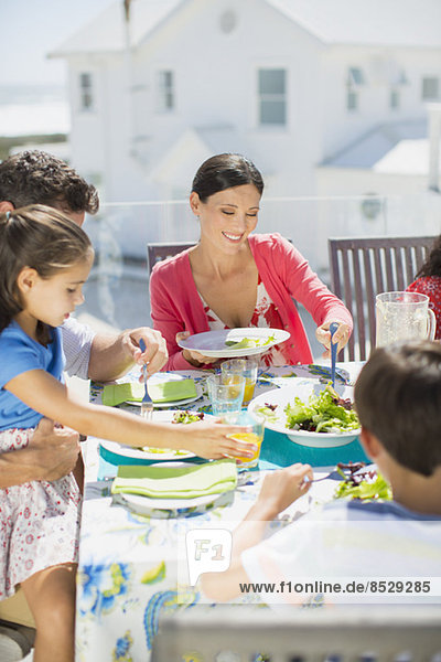 Familienessen am Tisch auf der Sonnenterrasse