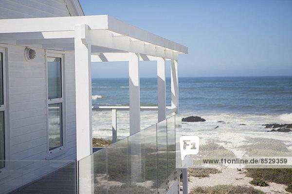 Strandhaus und Balkon mit Meerblick