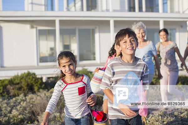 Mehrgenerationen-Familie am Strandweg außerhalb des Hauses