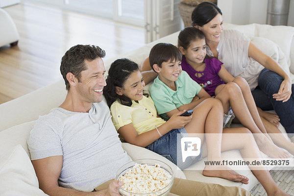 Familie beim Fernsehen auf dem Sofa im Wohnzimmer