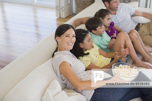 Familienfilm auf dem Sofa im Wohnzimmer