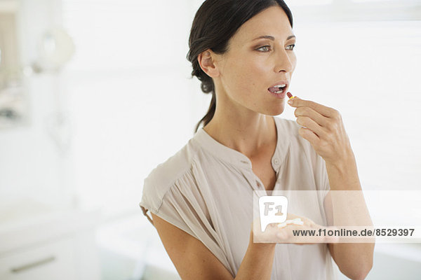Frau nimmt Pillen
