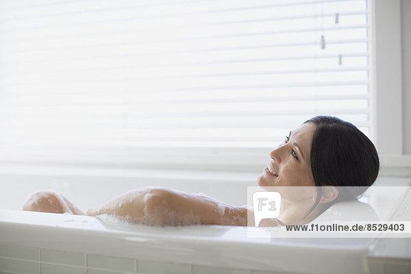 Frau entspannt im Schaumbad