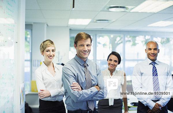Geschäftsleute lächeln im Büro