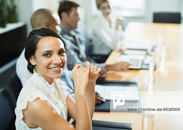 Geschäftsfrau sitzend im Meeting