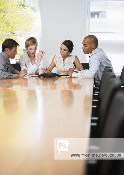 Geschäftsleute bei Telefonkonferenzen