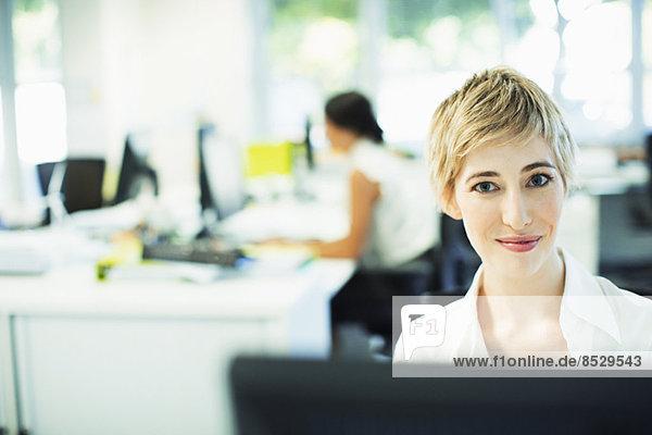 Geschäftsfrau am Schreibtisch im Büro