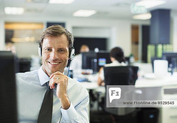 Geschäftsmann mit Headset im Büro