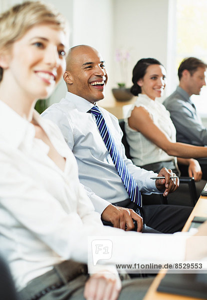 Geschäftsleute lächeln im Meeting