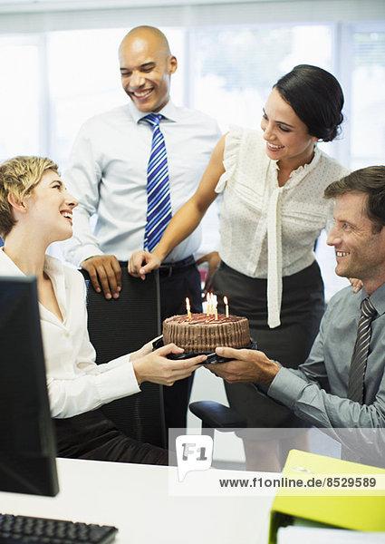 Geschäftsleute feiern Geburtstag im Büro