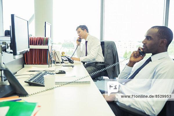 Geschäftsleute beim Telefonieren im Büro