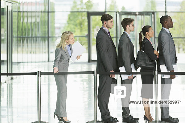 Geschäftsleute warten in der Schlange