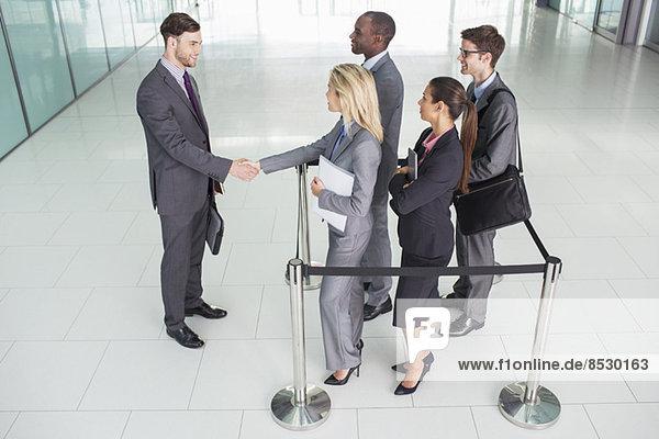 Geschäftsleute beim Händeschütteln