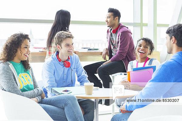 Studenten sprechen in der Lounge