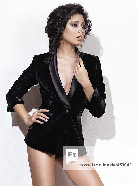 Frau in einem schwarzen Blazer