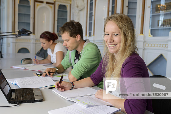 Studierende beim Lernen in der Bereichsbibliothek der Universität Hohenheim im Schloss Hohenheim  Stuttgart  Baden-Württemberg  Deutschland