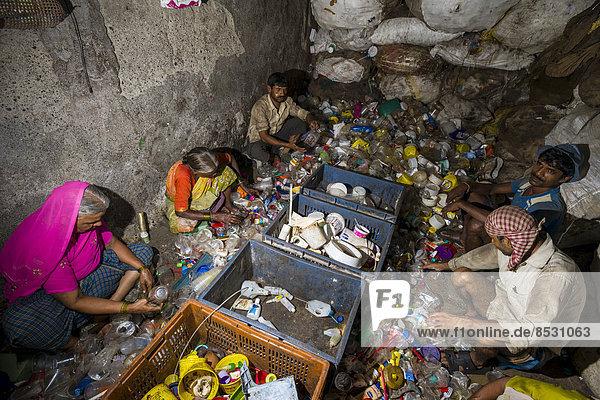 Arbeiter sortieren Plastikmüll zum Recycling  Dharavi Slum  ??Mumbai  Maharashtra  Indien