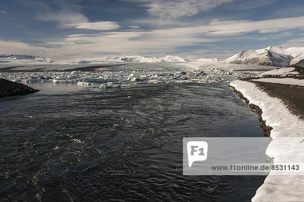 Ausblick auf die Gletscherlagune Jökulsárlón von der Brücke über den See-Ausgang  Südosten  Island
