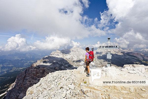 Bergsteiger auf dem Gipfel der Lavarela  hinten der Heiligkreuzkofel  Zehner und Neuner  Naturpark Fanes-Sennes-Prags  Gadertal  Dolomiten  Südtirol  Italien