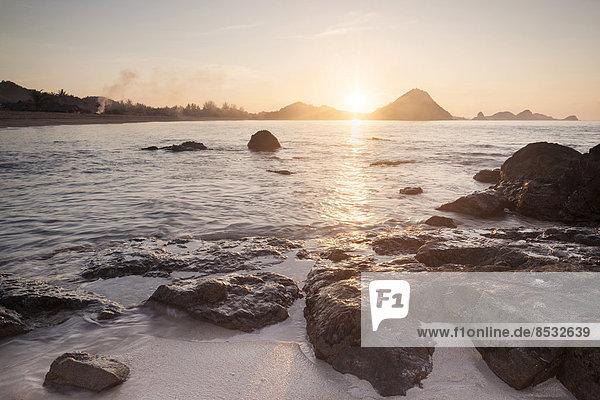 Küstenlandschaft bei Sonnenaufgang  Kuta Lombok  Insel Lombok  Provinz Nusa Tenggara Barat  Indonesien
