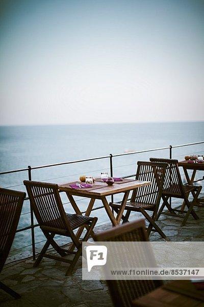 liegend liegen liegt liegendes liegender liegende daliegen Küste Gericht Mahlzeit Terrasse Tisch