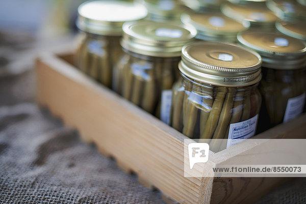 Gläser mit ökologischen grünen Bohnen