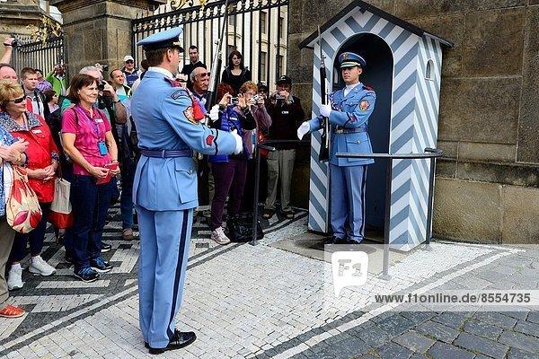 Prag  Hauptstadt  Europa  Palast  Schloß  Schlösser  wechseln  Tschechische Republik  Tschechien  Wachmann