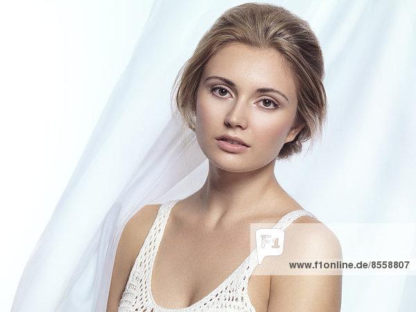 Junge Frau mit natürlichem Make-up  Portrait