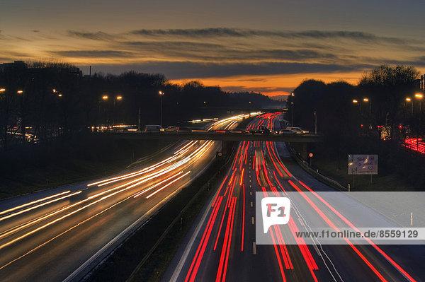 Autobahn A96 bei Dämmerung mit Lichtspuren fahrender Autos  München  Bayern  Deutschland