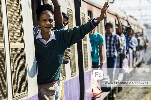 Ein überfüllter Zug bei der Einfahrt in den Churchgate Bahnhof  Mumbai  Maharashtra  Indien