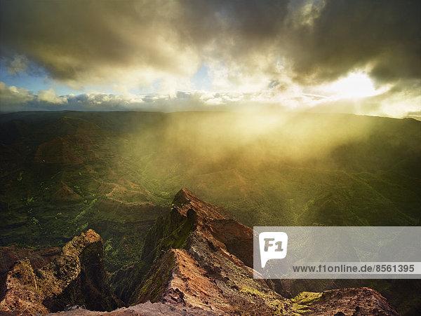 Sonnenstrahlen durchdringen die dichten Regenwolken im Waimea Canyon  Kauai  Hawaii  USA Sonnenstrahlen durchdringen die dichten Regenwolken im Waimea Canyon, Kauai, Hawaii, USA