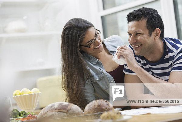 Eine Büro- oder Wohnungseinrichtung in New York City. Zwei Personen  ein Paar neben der Frühstücksbar.