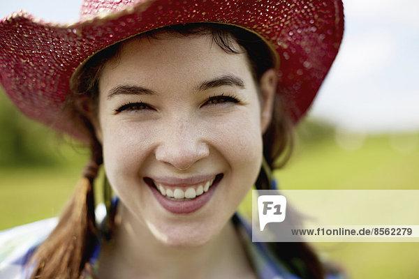 Frau  lächeln  Hut  pink  jung  Strohhut  Stroh  Weite