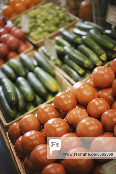 Ein landwirtschaftlicher Stand mit Bio-Gemüse. Produkte: Tomaten und Gurken.