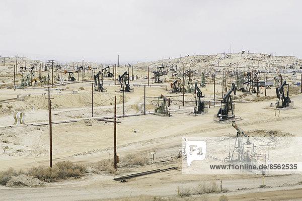 Bohrinseln und Bohrlöcher in den Schieferölfeldern des Midway-Sunset  den größten in Kalifornien