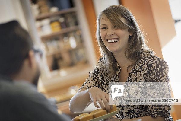 sitzend  sprechen  Tasse  lächeln  über  Kaffee  Cafe  Coffeeshop