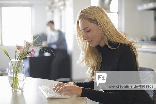Paar entspannt zu Hause  Frau benutzt Tastatur