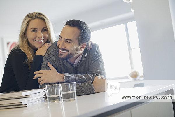 Ehepaar zu Hause in moderner Küche