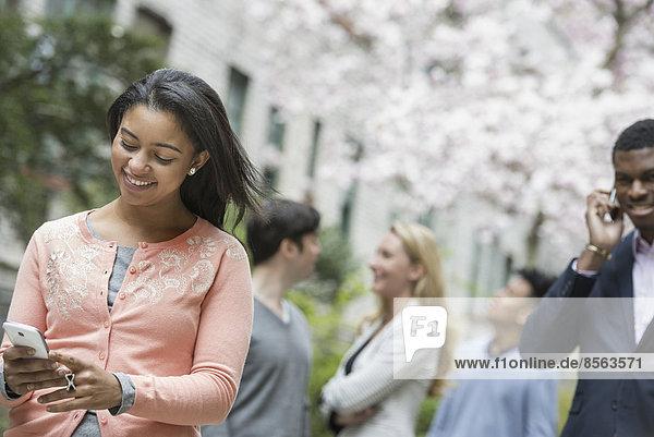 Handy Außenaufnahme Frau 4 Mensch Prüfung Lifestyle Menschen Großstadt Hemd Hintergrund pink jung freie Natur