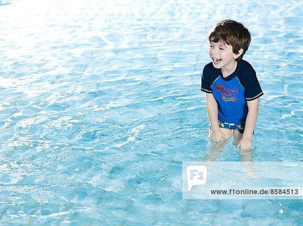 Lachender Junge im Schwimmbad