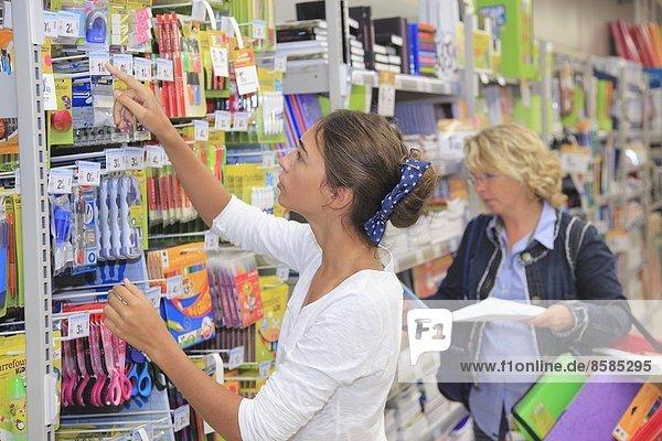 Frankreich  junges Mädchen im Supermarkt  Einkaufen für die Schule.