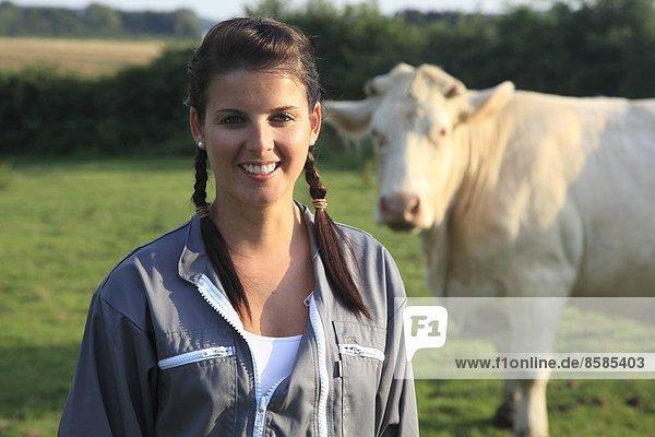 Frankreich  junge Bäuerin  die lächelnd posiert.