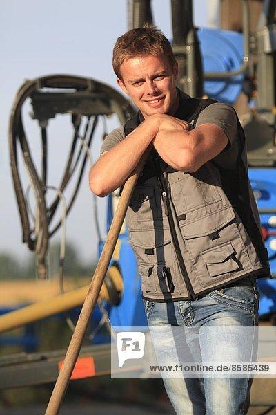 Frankreich  junger Bauer  der lächelnd posiert.