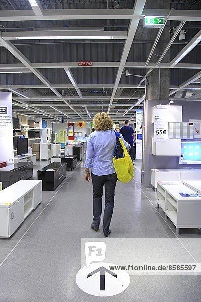 Frankreich  Frau in einem Ikea-Laden.