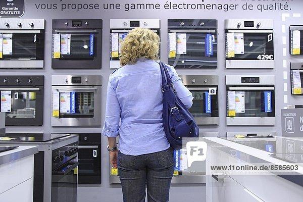 Frankreich  Frau in der Abteilung für elektrische Haushaltsgeräte von Ikea.