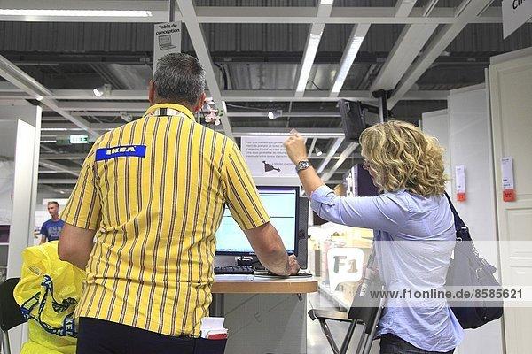 Frankreich  Kunde und Berater in einem Ikea-Geschäft.