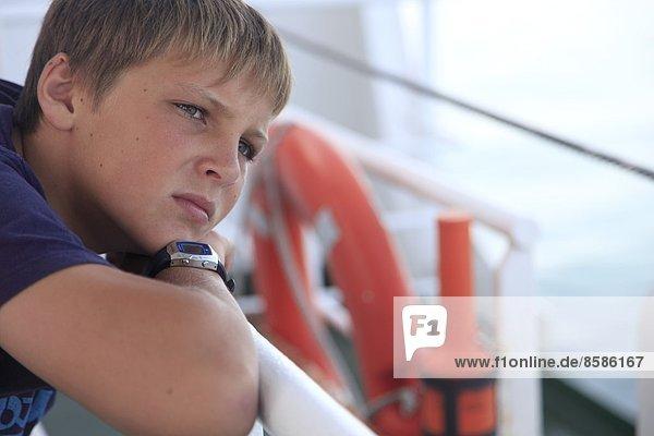 Spanien  Kanarische Inseln. Kleiner kranker Junge auf einem Boot.